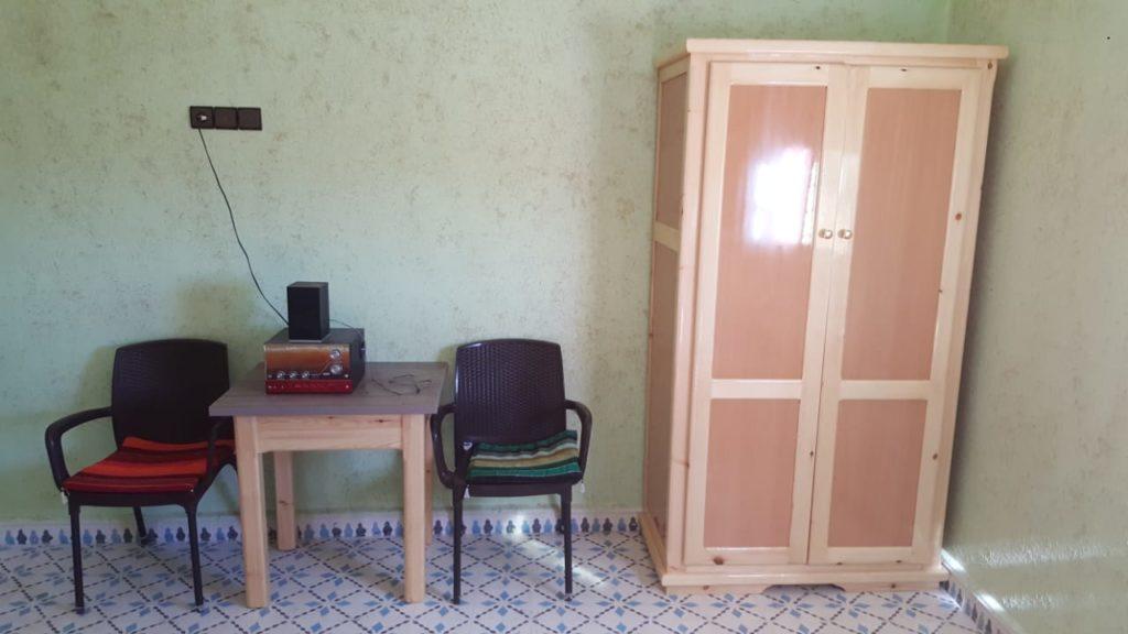 Schrank und Tisch